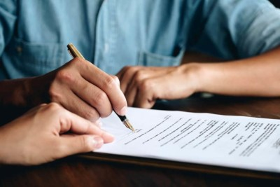 A person signs a last will with the help of a San Jose attorney